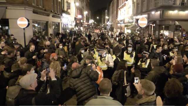 """伦敦封锁前夜狂欢者涌上街头高喊""""我们有权利"""",警察抓人"""