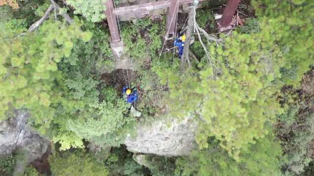 志愿者张家界悬崖绝壁捡垃圾:捡拾难度很大,呼吁游客勿乱扔