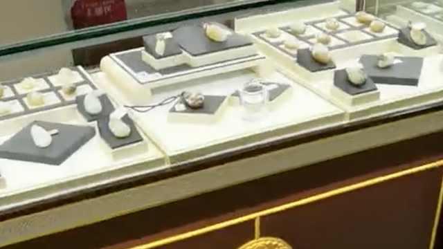 游客跟团被导游强制买玉石:最低2千,别让去厕所逮