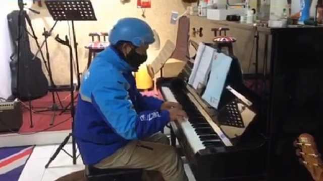 外卖小哥送餐至一家琴行,弹起了许久没摸过的钢琴