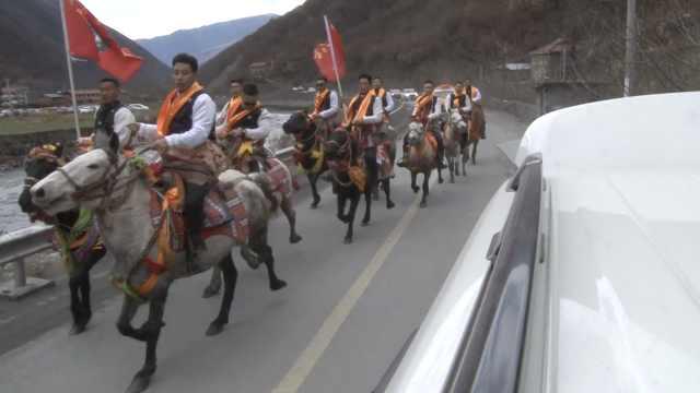 四川阿坝一家为嫁女专为村修路,仪式当场给男方25万现金嫁礼