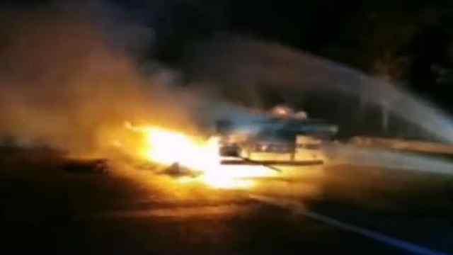 货车行驶中突燃大火,满车牛奶付之一炬
