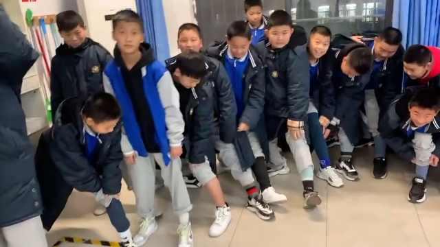 班主任突击检查中学生穿秋裤情况:他们爱美,怕太冷影响学习