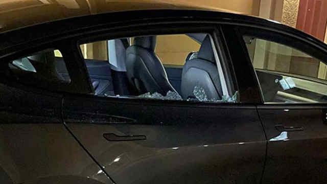 特斯拉新车秒返修,车窗:我又裂开了