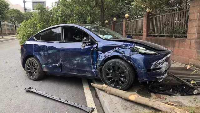 Model Y国内首撞,损毁严重