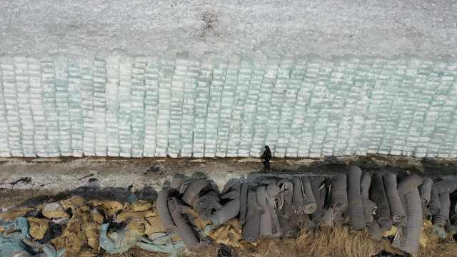见过这个景象吗?30多万块冰垒成巨型冰垛,还盖大棉被保温