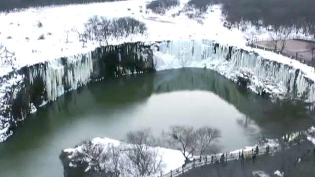 """镜泊湖冬日两重天,一湖被冰封一湖冒""""仙气"""""""