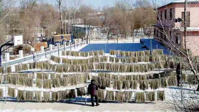 """东北一村庄做""""漏粉""""50年,整个过程纯手工需要10多个环节"""
