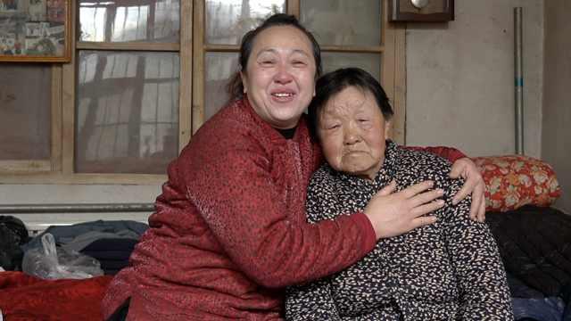 横跨千公里回家的阿姨和母亲团聚:1年见1次,每天都想搂着她