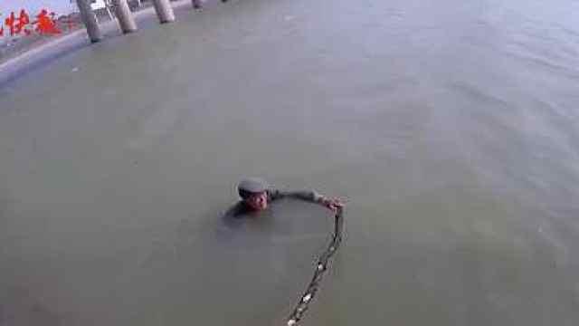 七旬老人跳河,58岁民警大风中下水救人