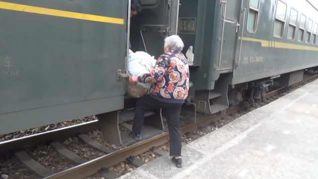 杭州绿皮火车免费载菜农去卖菜,20多年车厢从热闹逐渐变安静