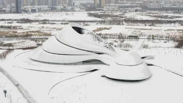 """航拍雪后哈尔滨大剧院,银装素裹犹如雪中""""一滴水"""""""