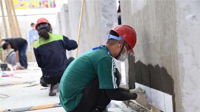 """误差不超一毫米,00后大学生靠贴砖成为""""江苏省技术能手"""""""