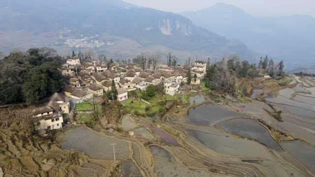 云南深山藏着400年古村落,万亩梯田旁村民住
