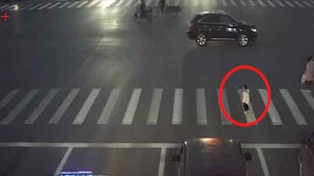 妈妈低头玩手机,2岁女童走丢在车流中徘徊