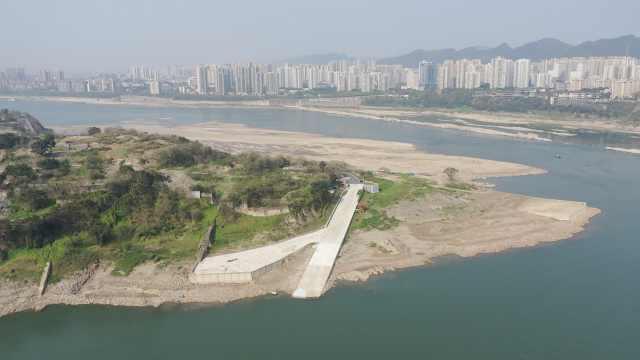枯水季长江江滩落差30米,十年未见礁石裸露,成最新打卡点