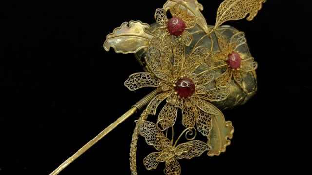 在0.1毫米金丝上焊接!女子用花丝镶嵌制作千件首饰摆件