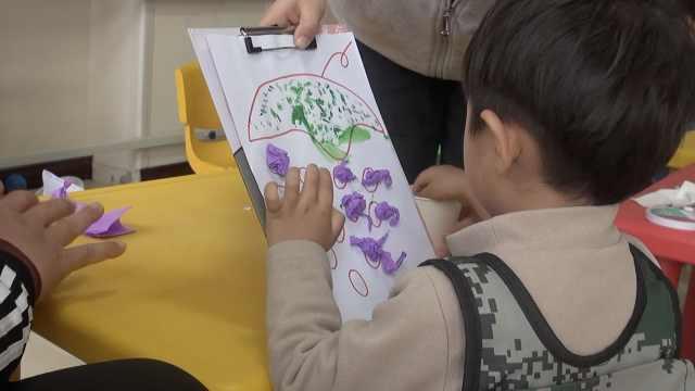康复师为自闭症孩子设计上千个游戏:上一天课常累瘫在地