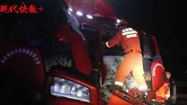 驾车男子在路口等红灯,一辆半挂车冲了过来……