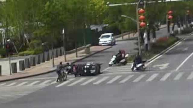 暖心一幕!快递小哥车辆马路侧翻,山东好人10秒集结救人
