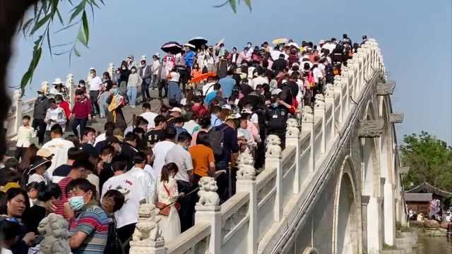 清明上河园游客爆满寸步难行,游客吐槽:看的全是人头