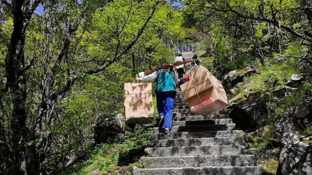 黄山挑夫挑百余斤货物走7公里山路:干了21年,供出俩大学生