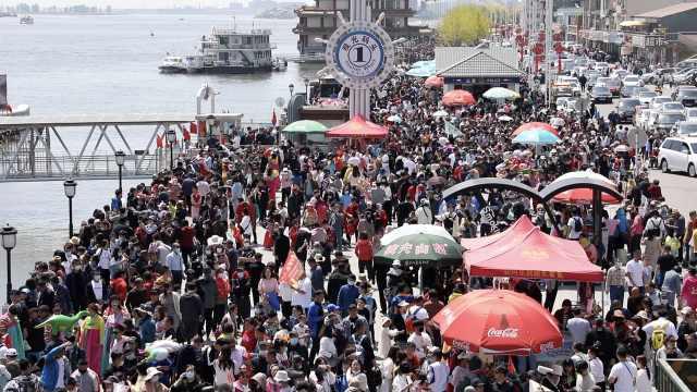 两天4.5万人!鸭绿江断桥景区场面火爆,4公里路要开一个小时