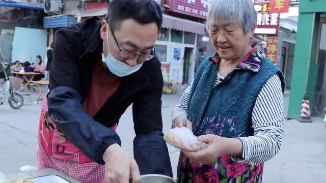 儿子下岗摆摊71岁母亲每天送饭:心疼他辛苦,累点也没事