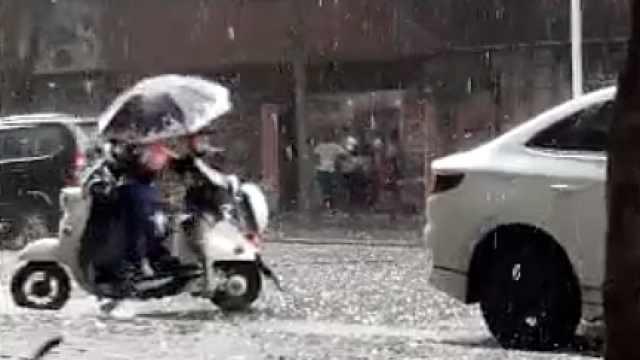 这就是爱!冰雹天老师让伞给学生自己挨淋