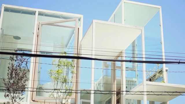 老外果然开放,居然住着透明房屋,真是街头一景啊