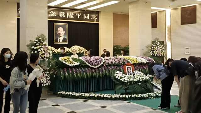 每一朵花都是哀思!快递员背整筐鲜花代市民悼念袁隆平