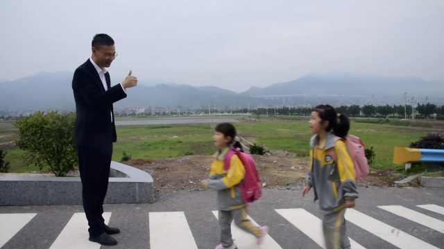 校长带妻子跨越千里到贵州乡村支教,每天站校门口向学生问好
