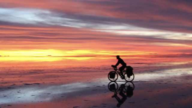 小伙5年骑行30多个国家:拒绝了等待他的姑娘
