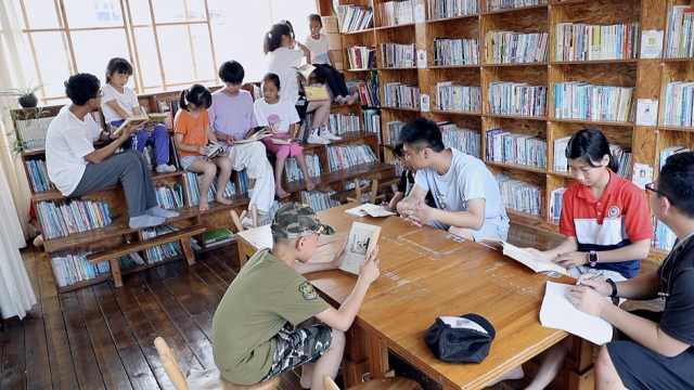 法警将车库改造成公益图书馆:读书可以有一千种人生
