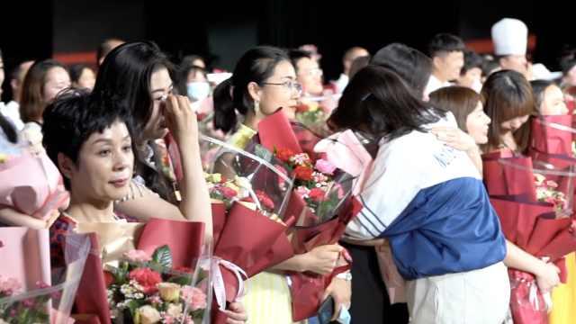 """新疆高三学生毕业典礼散场前狂喊""""我爱你"""",老师现场泪崩"""