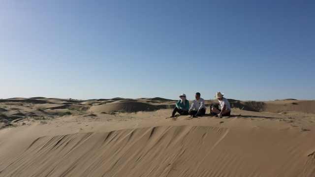 78岁老人宣战沙漠:全家搬进沙漠22年,孙子病情耽误去世
