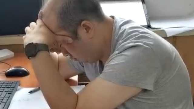 90后民警通宵办案后打瞌睡,同事纷纷心疼他头发