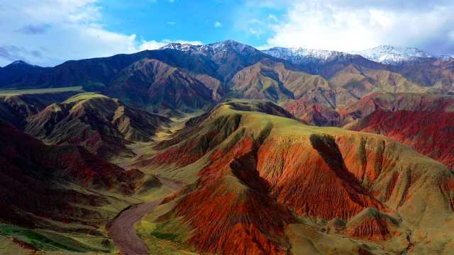 航拍祁连山腹地雨后,红色褶皱带丹霞地貌宛如3D版油画