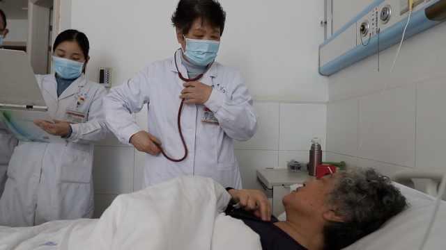 8旬老医师每周出诊5天,每天走万步保持思维敏捷