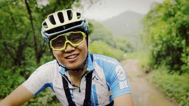 他15岁时被宣告终身坐轮椅却成为骑行高手:受阿甘启发