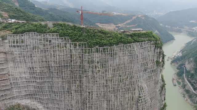 航拍乌江边超级工程:给垂度80°危岩
