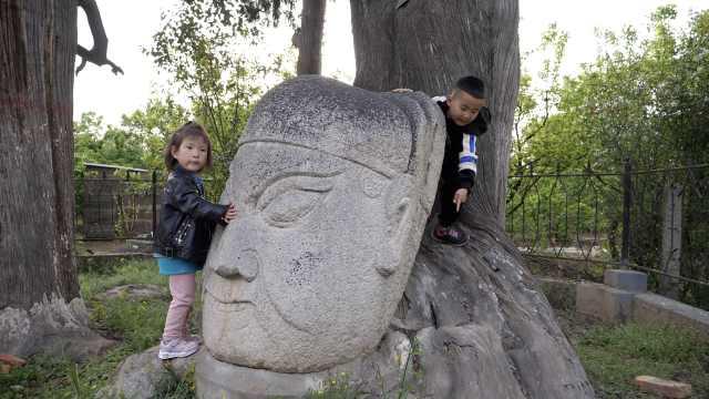 西安8个古村落藏9尊石头像,花岗岩脑袋最高1米8,神态各异