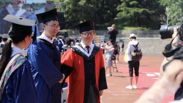 武大毕业典礼导师团为12000余名毕业生拨穗,80名摄影师记录