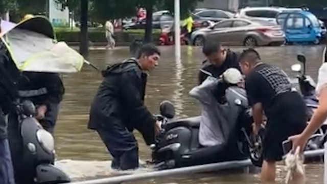女子暴雨被困特警男友赶到先救其他市民:终究不属于我一个人