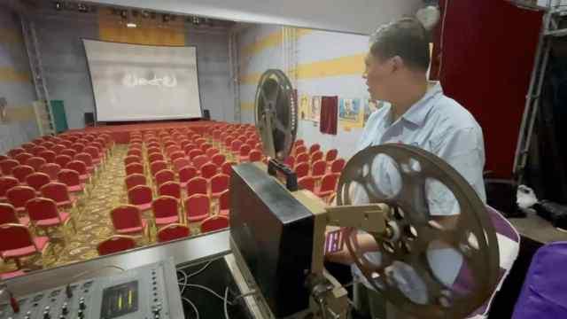 6旬东北老汉花30万搜集300部老胶片,建电影院为市民免费放映