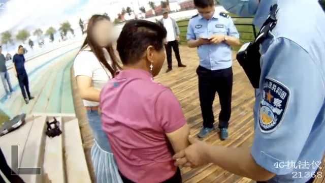 民警趟淤泥救起6旬老太,其手腕纹有10余电话,拨到第3个···