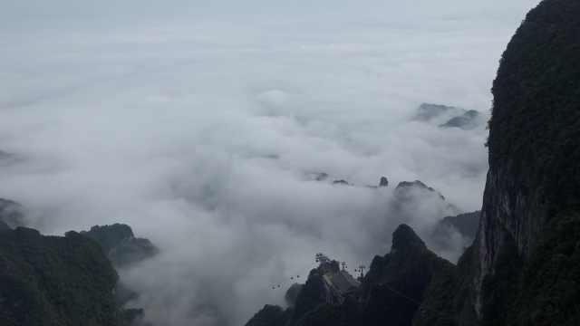 张家界天门山现云海奇观!山峰被云海缠绕似峰岛,游客像神仙