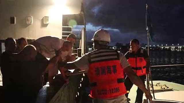 游泳老人始终无法靠岸海上漂20多小时,被救后直呼