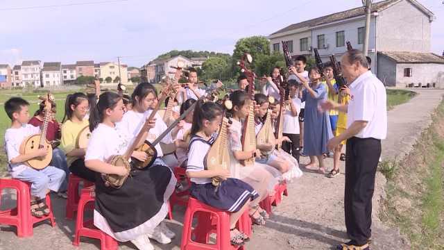 留守儿童沉迷游戏,7旬老人建音乐教室免费教民乐