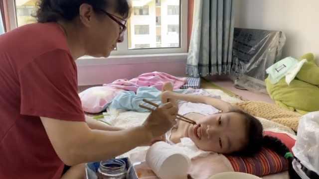 退休护士捡到脑瘫女童照顾26年仍单身,入住安置新房梦想成真